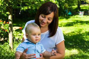charming caucasian baby boy with motherの写真素材 [FYI00775727]
