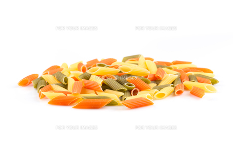 Raw colored pasta isolated on white backgroundの素材 [FYI00776265]