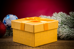gift box with christmas elementsの写真素材 [FYI00776280]