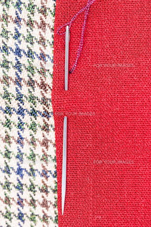 needle sews two pieces of fabricの素材 [FYI00776367]