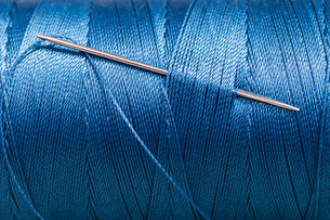 sewing needle in blue thread bobbinの素材 [FYI00776369]