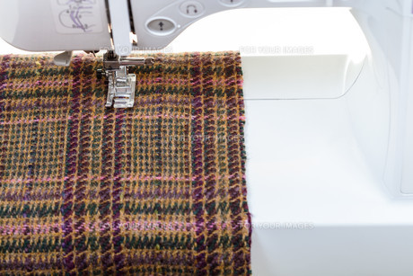 foot of sewing machine on woolen clothの素材 [FYI00776378]