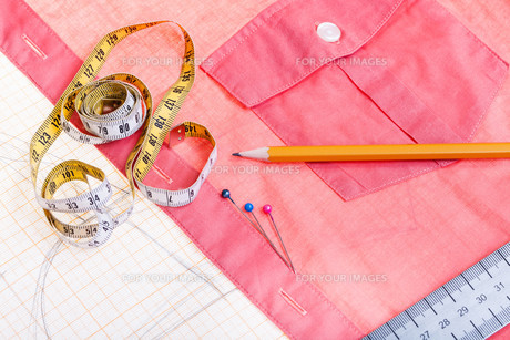 pattern, measure tape, pencil, pins, red shirtの写真素材 [FYI00776386]