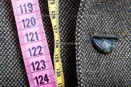 measuring tapes and half buttoned button on jacketの写真素材 [FYI00776387]