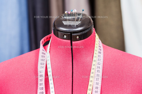 mannequin with measure tapes and clothesの写真素材 [FYI00776395]