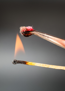 match flame ignites silk fabric sampleの写真素材 [FYI00776397]