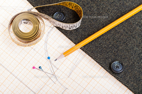 pattern, measure tape, pencil, pins, jacketの写真素材 [FYI00776414]