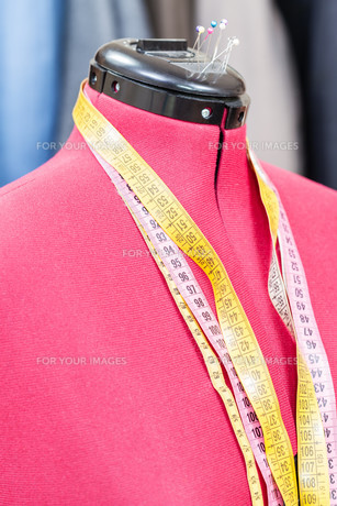 mannequin with measure tapes and ready dressesの写真素材 [FYI00776451]