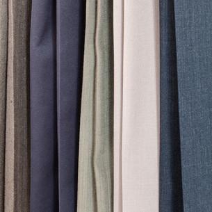 row of various woolen trousers in tailoring atelierの写真素材 [FYI00776459]