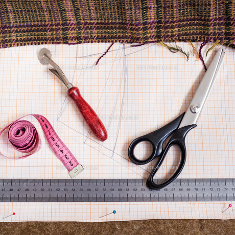 cutting table with fabric, pattern, tailoring toolの写真素材 [FYI00776472]