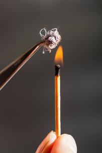 match flame ignites cotton tissue sampleの写真素材 [FYI00776474]