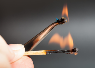 match flame ignites polyamide tissue sampleの写真素材 [FYI00776490]