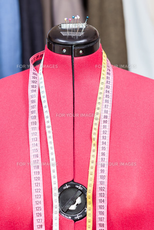 mannequin with measure tapes and tissuesの写真素材 [FYI00776502]