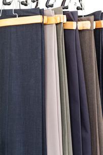various woolen trousers on hangersの写真素材 [FYI00776515]