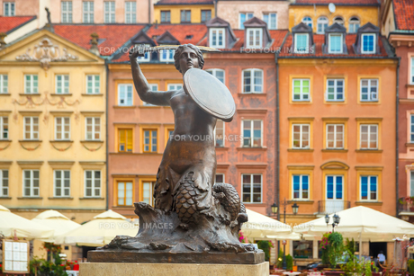 Mermaid of Warsaw at the Market Square, Poland.の写真素材 [FYI00776588]