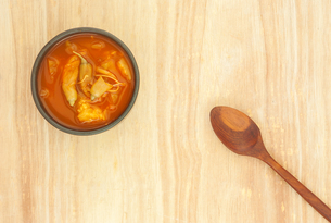 Spicy sour soup vegetable on wooden backgroundの写真素材 [FYI00776704]