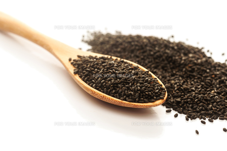 Heap of black Sesame in wooden spoonの写真素材 [FYI00776710]