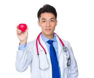 Doctor hold up with red heart ballの写真素材 [FYI00776817]