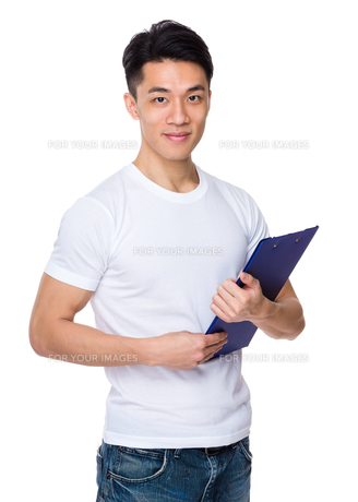 Asian man holding with clipboardの写真素材 [FYI00776919]