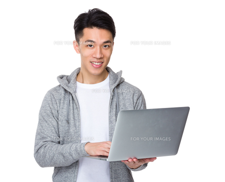 Young man use of the notebook computerの写真素材 [FYI00776952]