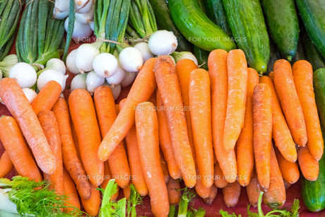 carrots and cucumbers for sale on a marketの写真素材 [FYI00777022]
