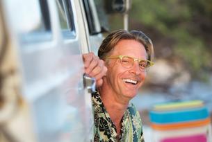 Laughing Man Sitting In Vanの写真素材 [FYI00777070]