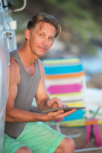 Man on Vacation with Tablet Computerの写真素材 [FYI00777107]