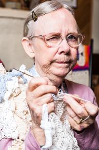Suspicious Old Woman in Livingroomの写真素材 [FYI00777129]