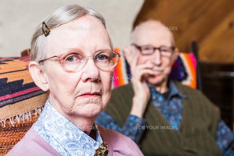 Elderly Couple Sitting in Livingroomの素材 [FYI00777144]