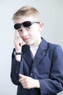 Young boy posing like a spyの写真素材 [FYI00777344]