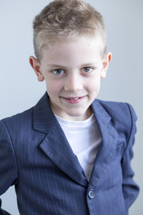 Young boy wearing a suitの写真素材 [FYI00777357]