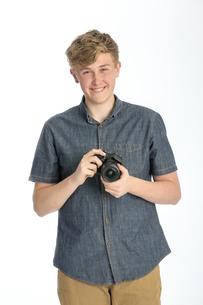 Teenager with cameraの素材 [FYI00777373]
