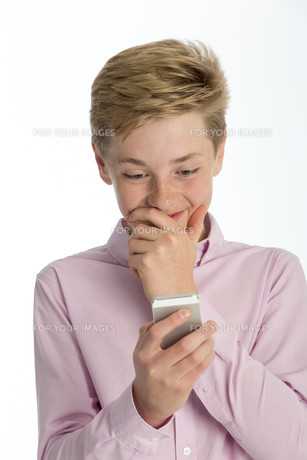 Boy shocked at something on his phoneの写真素材 [FYI00777398]