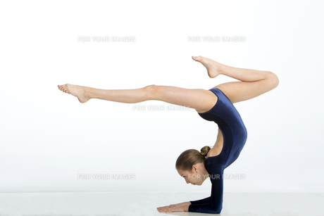 Female gymnast doing a handstand poseの写真素材 [FYI00777448]