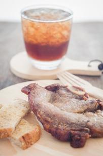 Pork steak on wooden plateの写真素材 [FYI00777528]