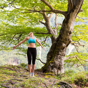 Active sporty woman relaxing in beautiful nature.の素材 [FYI00777655]
