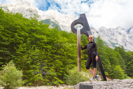 Active sporty woman relaxing in Vrata Valley, Slovenia.の素材 [FYI00777656]