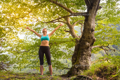 Active sporty woman relaxing in beautiful nature.の素材 [FYI00777666]