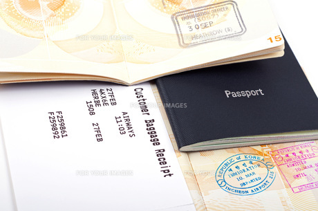 open passports and luggage receiptの素材 [FYI00777701]