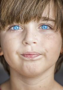 insightful look blue eyes boyの写真素材 [FYI00777753]