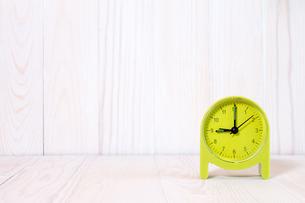 Green alarm clock on wood backgroundの写真素材 [FYI00777777]