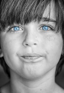 insightful look blue eyes boyの写真素材 [FYI00777792]