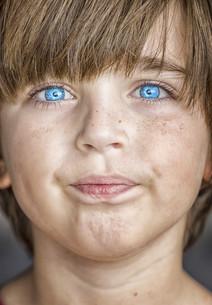 insightful look blue eyes boyの写真素材 [FYI00777803]
