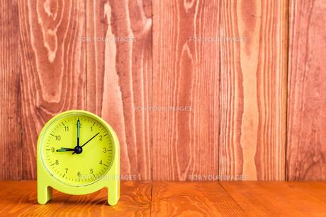 Alarm clock on the wood backgroundの写真素材 [FYI00777822]