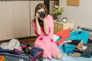 Girl preparing to take pictures of the upcoming holidaysの写真素材 [FYI00777846]