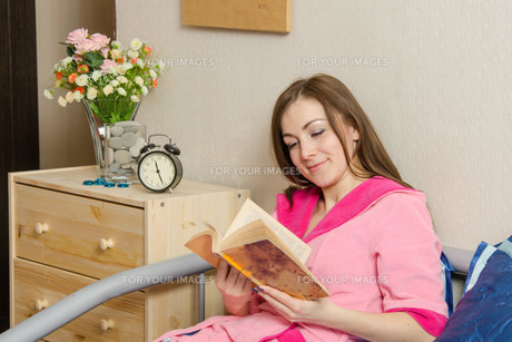 girl reading a book at bedtimeの素材 [FYI00777880]