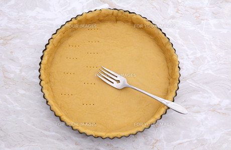 Pricking shortcrust pastry case with a metal forkの写真素材 [FYI00777949]