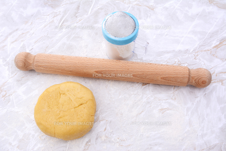 Shortcrust pastry with a rolling pin and flour drifterの写真素材 [FYI00777950]