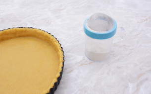 Pastry-lined tin and flour drifterの写真素材 [FYI00777972]