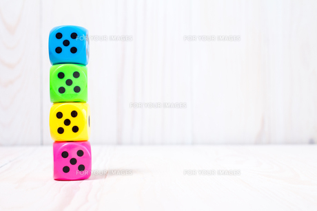 Dice stacked on the wooden surfaceの素材 [FYI00778008]